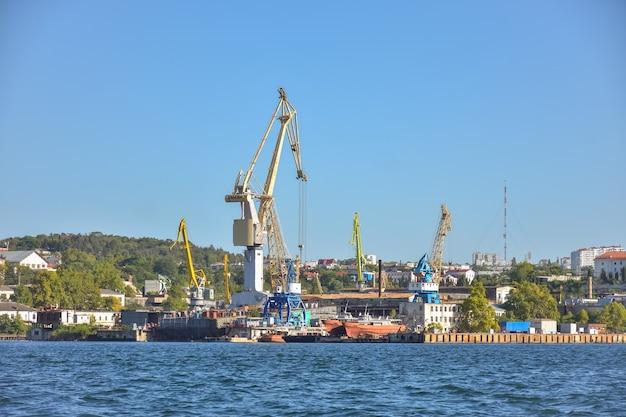 Statki i liniowiec w dokach portu sewastopol, morze czarne. statki w porcie sewastopol