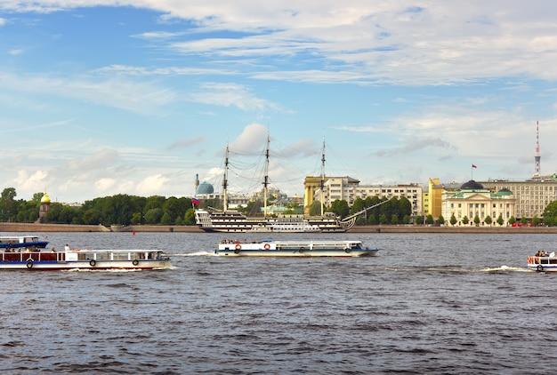 Statki na neva turystyczne łodzie pływają żaglową fregatą przy molo