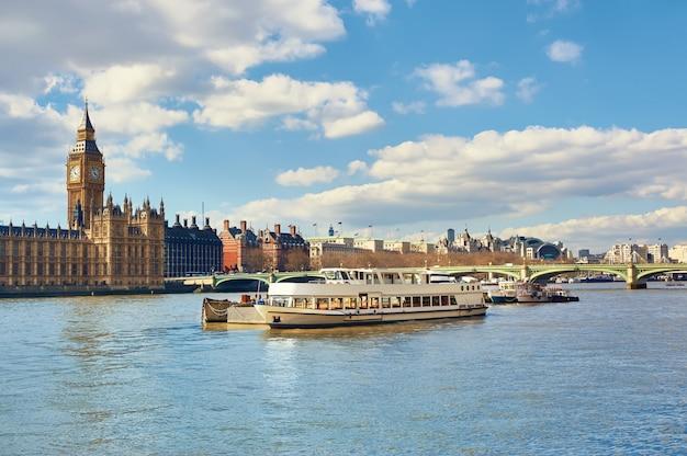 Statki pasażerskie i łodzie serwisowe przed parlamentem londynu