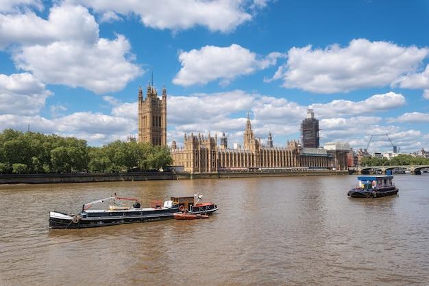Statki pasażerskie i łodzie usługowe przed parlamentem londyńskim