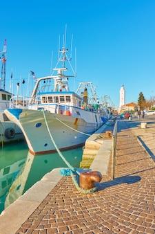 Statki rybackie w porcie rimini, włochy