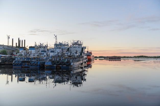 Statki rzeczne w okresie letnim cumowały przy nabrzeżu. wielkie stare holowniki.
