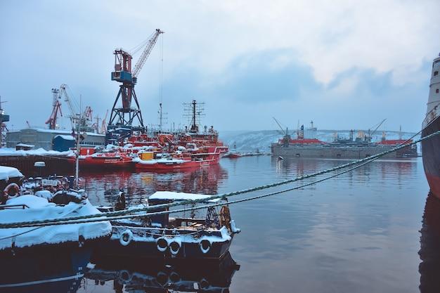 Statki w dokach zimą
