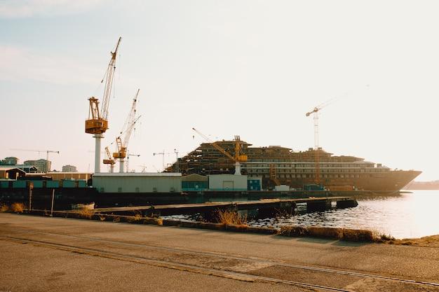 Statki w doku z zachodem słońca