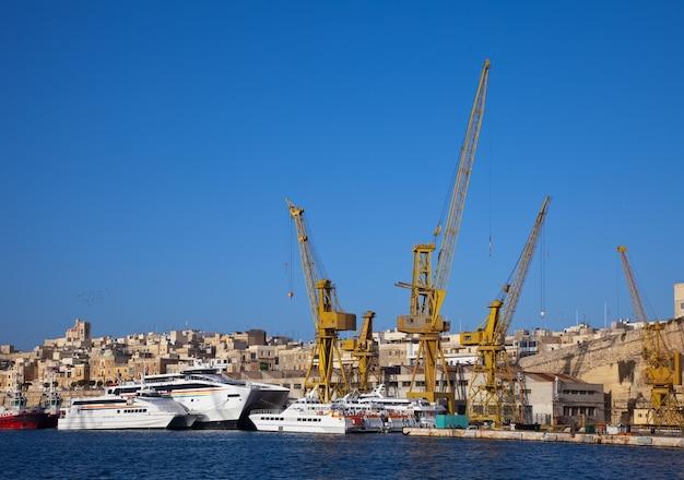 Statki w suchym doku