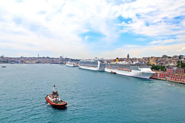 Statki wycieczkowe i łodzie pilotujące w porcie w stambule w turcji
