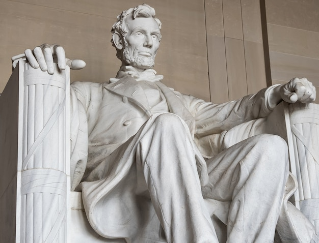 Statua abrahama lincolna. lincoln memorial poza centrum waszyngtonu w national mall