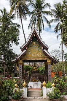 Statua buddha przy świątynią, wata xieng paska świątynia, luang prabang, laos