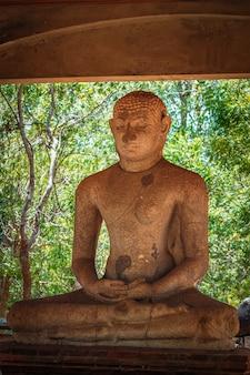 Statua buddy samadhi w anuradhapurze słynnej atrakcji turystycznej i stanowiska archeologicznego na sri lance
