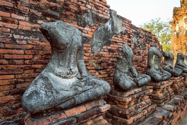 Statua buddy w ayutthaya historical park, wat chaiwatthanaram buddyjska świątynia w tajlandii.