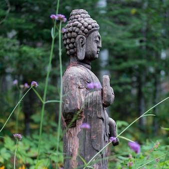 Statua buddy w ogrodzie, lake of the woods, ontario, kanada