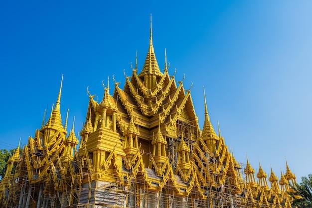 Statua buddy w świątynia (język tajski: wat chan west) jest buddyjską świątynią (język tajski: wat) jest główną atrakcją turystyczną phitsanulok, tajlandia.