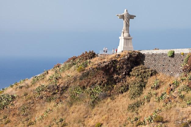 Statua chrystusa króla jest katolickim pomnikiem na maderze w portugalii