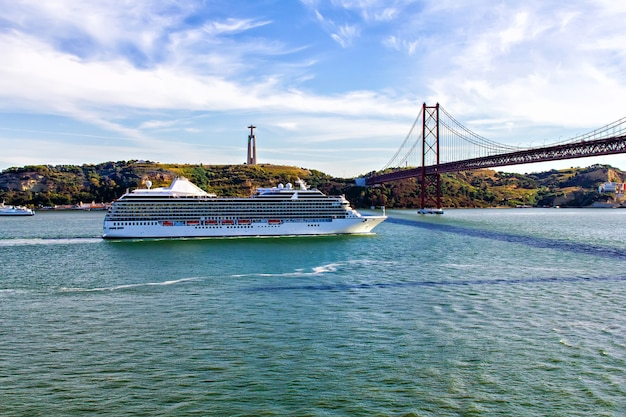 Statua chrystusa króla, most 25 kwietnia i statek wycieczkowy, lizbona, portugalia
