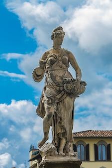 Statua della primavera przy ponte santa trinita w florencja