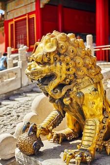 Statua lwów na terenie muzeum zakazanego miasta w pekinie, w samym sercu miasta, w chinach.