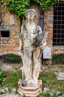 Statua na wiecznym dziedzińcu teatro olimpico w vicenzy we włoszech, wykonana przez architekta andreę palladio w 1585