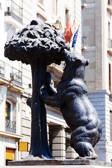 Statua niedźwiedzia i drzewa madrono. madryt, hiszpania