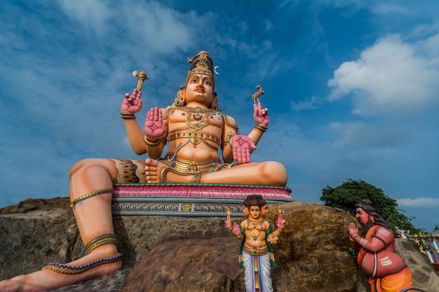 Statua pana śiwy w trincomalee, świątyni koneshwaram na sri lance