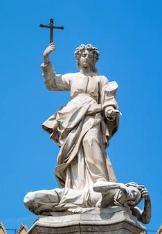 Statua santa rosalia obok katedry w palermo. sycylia