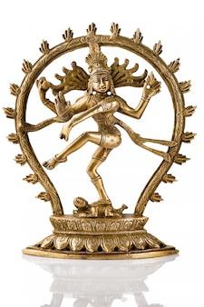 Statua shiva nataraja, lord of dance na białym tle