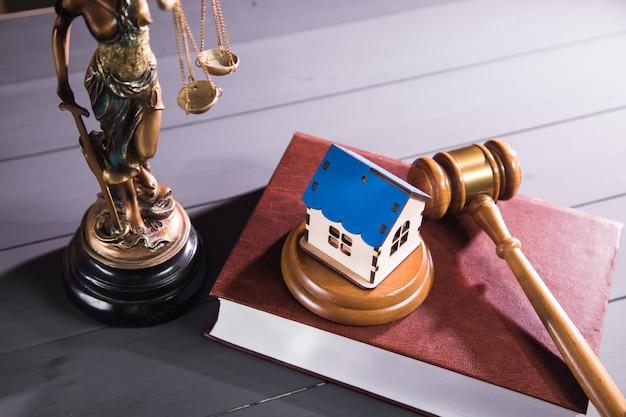 Statua sprawiedliwości, dom i młotek. pozew rodzinny
