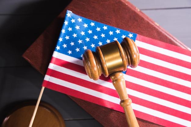 Statua sprawiedliwości, młotek i flaga ameryki. próba