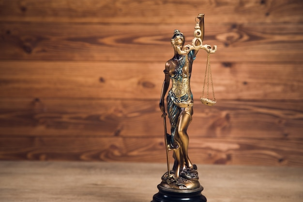 Statua sprawiedliwości na drewnie