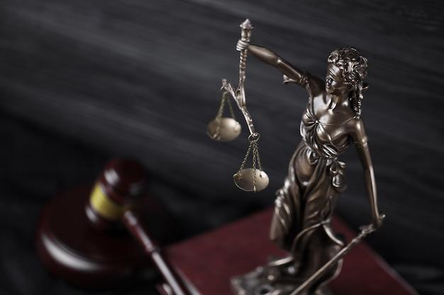 Statua sprawiedliwości na książce