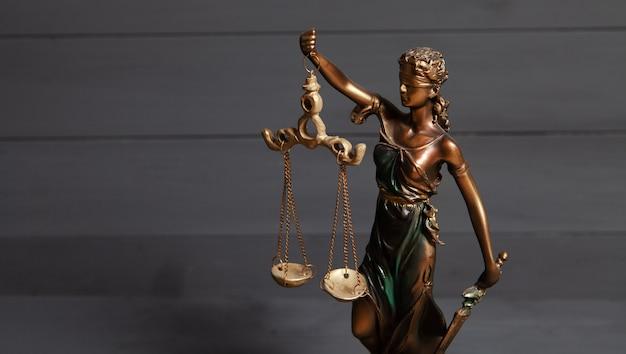 Statua sprawiedliwości na szaro