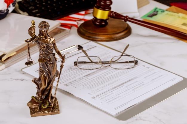Statua sprawiedliwości z konsultacjami w biurze prawnicy zawodowy sędziego młotek z szalą sprawiedliwości.