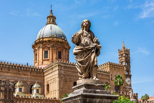 Statua stoi w palermo katedrze, sycylia