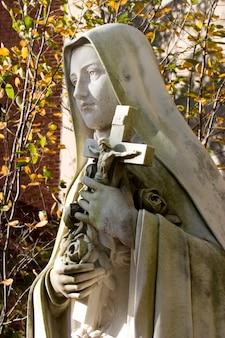 Statua świętej teresy