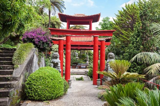 Statua w ogrodzie tropikalnym monte palace w funchal, wyspa madera, portugalia