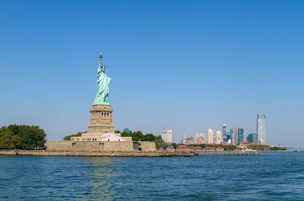 Statua wolności i panoramę manhattanu