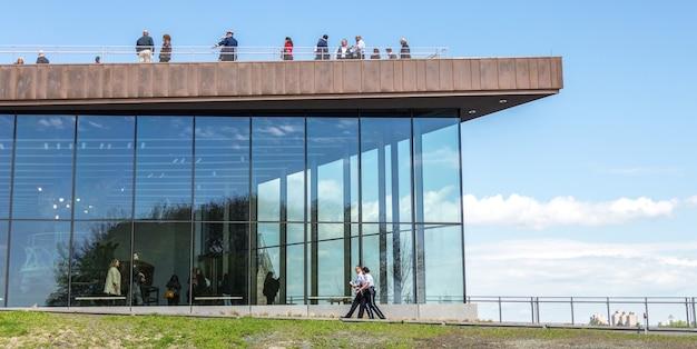 Statua wolności muzeum w dniu otwarcia na liberty island, ny usa