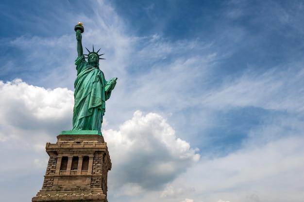 Statua wolności na liberty island zbliżeniu z niebieskim niebem w miasto nowy jork manhattan
