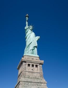 Statua wolności na tle błękitnego nieba