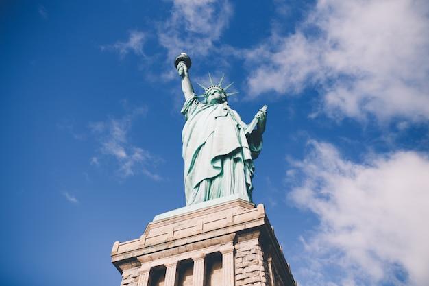 Statua wolności w tle w nowym jorku, stany zjednoczone ameryki