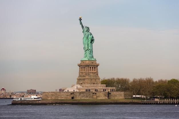 Statua wolności wczesnym rankiem