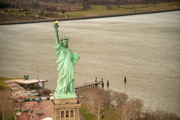 Statua wolności z lotu ptaka z helikoptera nowy jork
