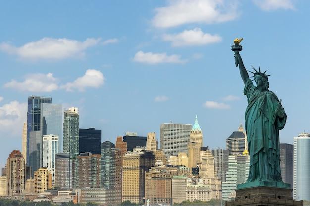 Statua wolności z rzeką hudson i zabytkami nowego jorku z dolnego manhattanu w nowym jorku.