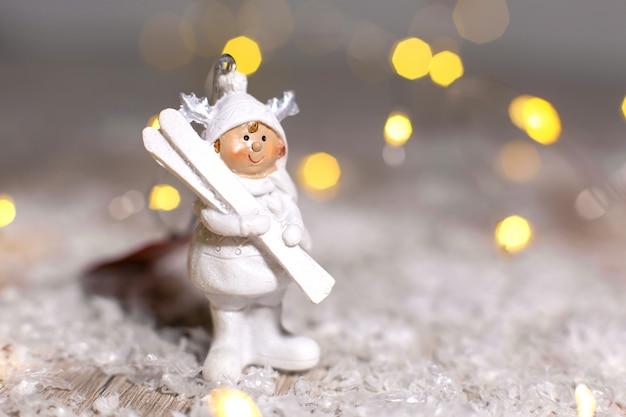 Statuetka małego mężczyzny w białym garniturze z białymi nartami
