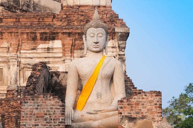 Status wielkiego buddy w świątyni wat yai chaimongkol ayutthaya była dawną stolicą tajlandii
