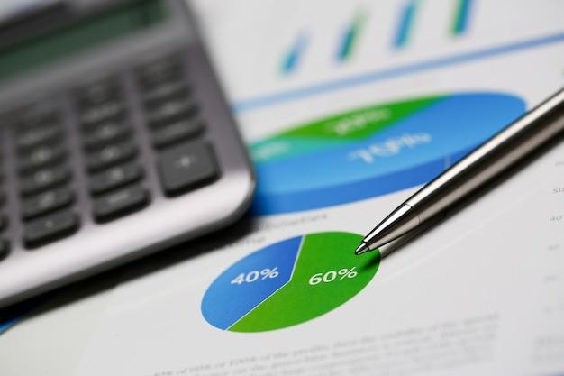 Statystyki finansowe dokumenty infografiki długopis