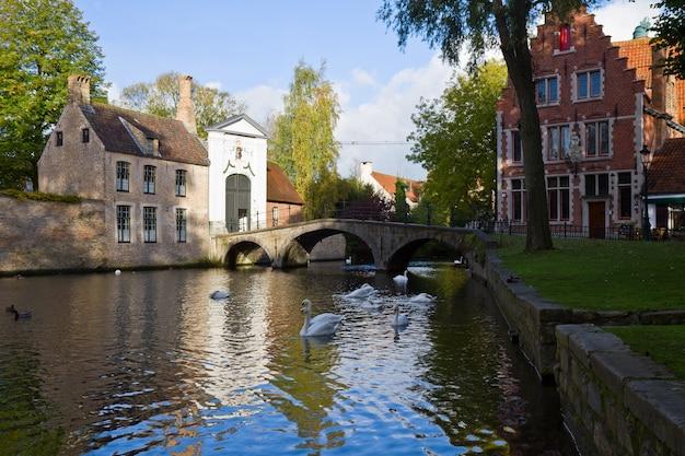 Staw minnewater i klasztor begijnhof, brugge, belgia