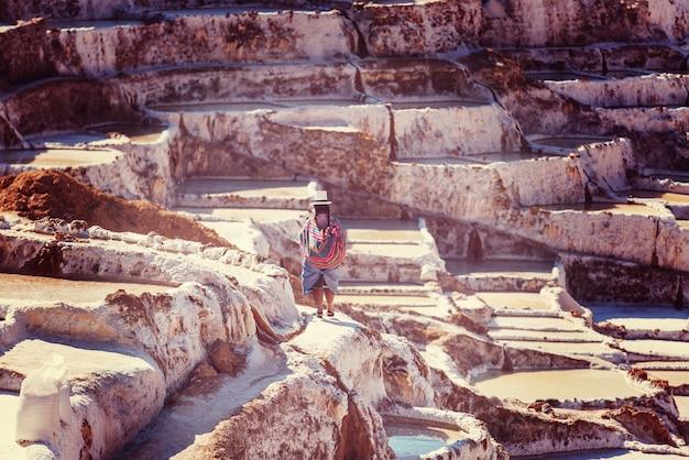 Stawy solne maras położone w urubambie w peru
