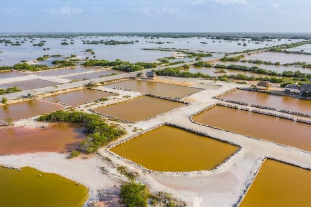 Stawy solne w pobliżu rio lagartos na jukatanie w meksyku