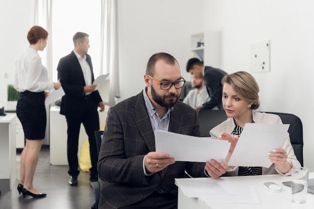 Staż nowego pracownika w miejscu pracy. szkolenie w zakresie obowiązków służbowych. kierownik i podwładny w biurze.