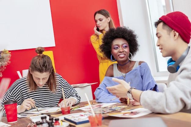 Stażyści w czasopiśmie. utalentowani kreatywni stażyści z magazynu o modzie czują się szczęśliwi podczas pracy